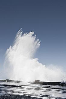 Cuba, Havanna, Malecon, Waves crashing against wall - FLF000020