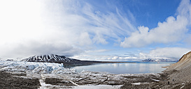 Europe, Norway, Spitsbergen, Svalbard, View of mountains with arctic ocean - FOF003740