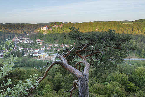 Germany, Bavaria, Franconia, Franconian Switzerland, View of Egloffstein with castle in valley - SIEF001995