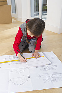 Germany, Bavaria, Grobenzell, Girl drawing house of blue print - WESTF018201