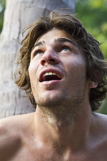 Thailand, Koh Tao, Young man looking up, close up - MBEF000217