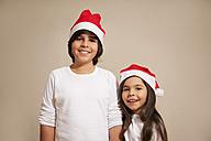 Children with santa hat, smiling, portrait - RIMF000083