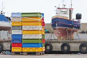 Sweden, Simrishamn, Stack of boxes for seafood on harbour - SHF000576