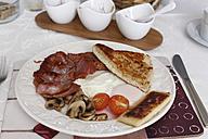 United Kingdom, Northern Ireland, Irish Breakfast in plate, close up - SIEF002106