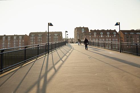 Germany, Bremen, People on Teerhof bridge - MS002619