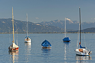 Germany, Wasserburg, View of boat with Swiss Alps in background - SH000657