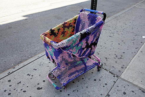 USA, New York, Urban knitting on shopping cart - ANB000048