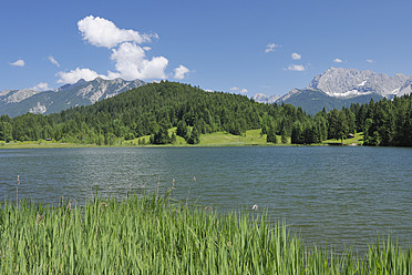 Germany, Bavaria, Upper Bavaria, View of Karwendel Mountains from Geroldsee Lake - RUEF000809