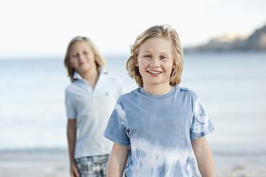 Spain, Mallorca, Children on beach, smiling, portrait - MFPF000093
