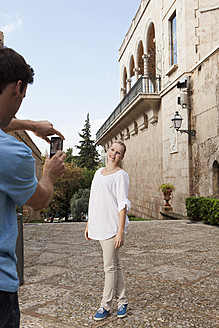 Spain, Mallorca, Palma, Couple photographing with mobile phone - SKF000920