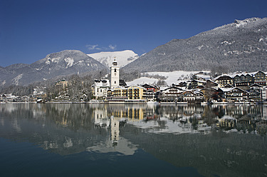 Austria,St. Wolfgang,  View of hotel with Wolfgangsee Lake - WWF001951