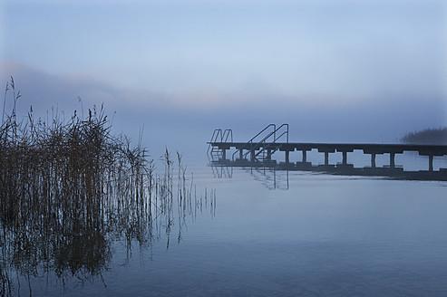 Austria, View of foggy Mondsee Lake during autumn - WWF002207