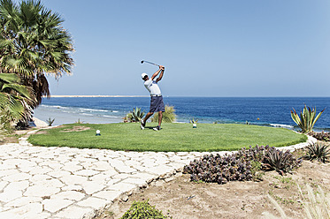 Egypt, Man playing golf on golf course - GNF001221