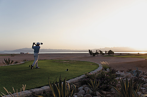 Egypt, Man playing golf on golf course - GNF001223