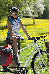 Germany, Bavaria, Mid adult woman with bicycle, smiling - DSF000543