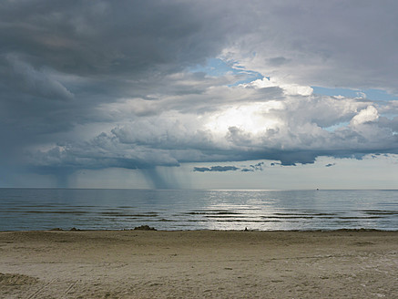 Germany, View of cloudy sky over Baltic Sea at Rugen Island - LFF000351