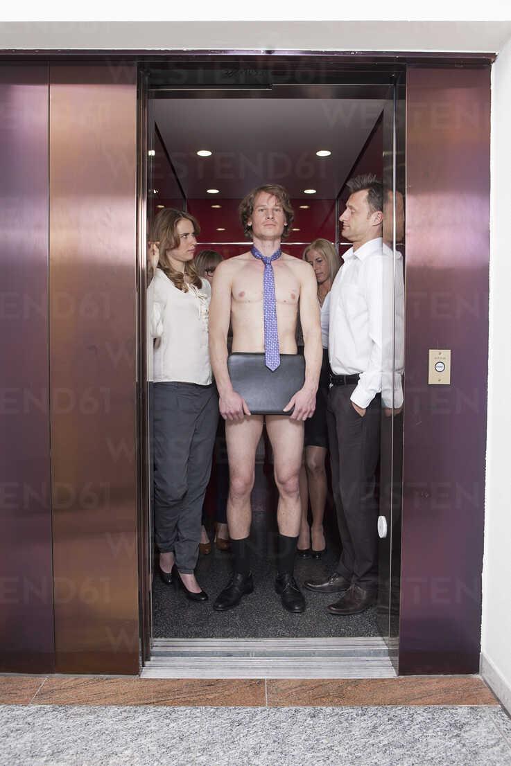Deutschland, Bayern, München, Männer und Frauen im Aufzug