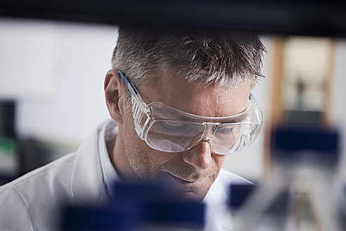 Germany, Bavaria, Munich, Scientist doing medical research in laboratory - RBF000854