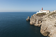 Portugal, Algarve, Sagres, Lighthouse on cliff at Atlantic ocean - MIRF000400