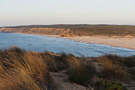 Portugal, Algarve, Sagres, View of beach with grass - MIRF000412