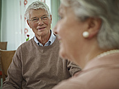 Germany, Cologne, Senior couple in nursing home, smiling - WESTF018712