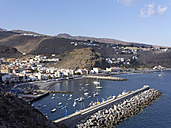 Spain, La Gomera, View of Playa de Santiago with harbour - SIEF002564