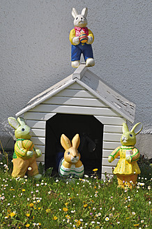 Germany, Bavaria, View of doghouse with easter bunny - AXF000061