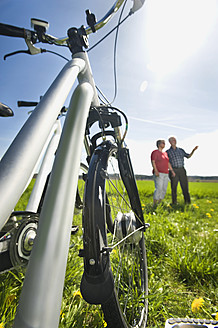Germany, Bavaria, Electric bicycle, Senior man pointing in background - RNF000949
