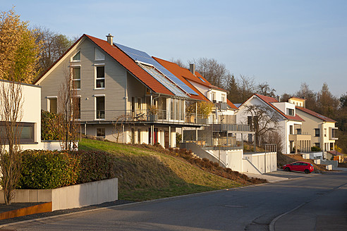 Germany, Baden Wurttemberg, Remshalden, Modern dwelling with solar panels - WDF001224