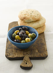 Mixed olives with pitta bread, close up - KSWF000836