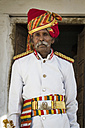 India, Rajasthan, Jodhpur, Portrait of Indian musican in traditional uniform - MBE000371