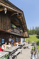 Germany, Bavaria, Men and women at Gindelalm hut - SIE002694