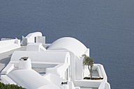 Greece, Whitewashed house with sea in background at Oia - RUEF000932