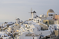 Greece, Windmill with cobbled path and green gate in traditionally Greek village Oia at Santorini - RUEF000934