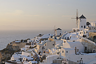 Greece, View of Oia village with traditional Greek windmills at Santorini - RUEF000955