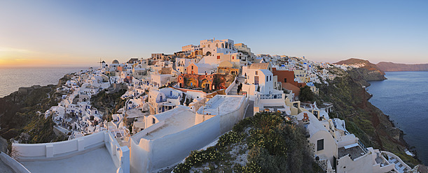 Greece, View of Oia village in sunset at Santorini - RUEF000956
