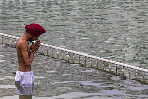 India, Punjab, Amritsar, Young man praying - FO003997