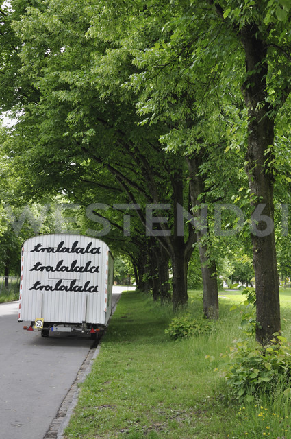 Germany, Bavaria, Construction trailer with text - AXF000204 - Axel Ganguin/Westend61