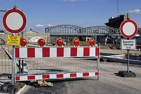 Germany, Munich, Construction barrier at Hackerbridge - LR000554