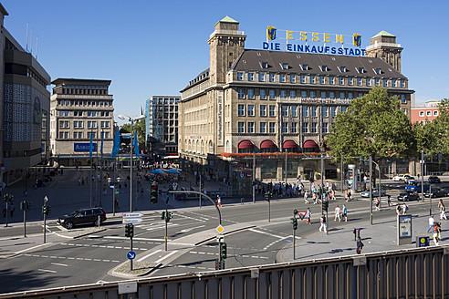Germany, North Rhine Westphalia, Essen, View of shopping centre and Hotel Handelshof - HHE000009