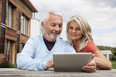Germany, Bavaria, Nuremberg, Senior couple using digital tablet - RBYF000165