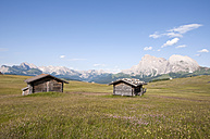 Italy, View of Alpine huts, Langkofel and Plattkofel in background at South Tyrol - UMF000400