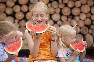 Germany, Bavaria, Girls eating watermelon - HSIYF000110