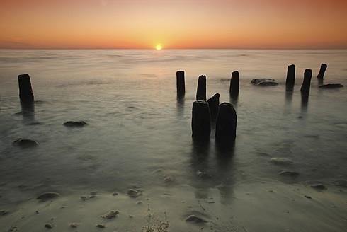 Germany, Wood pillars at Baltic Sea - FDF000010
