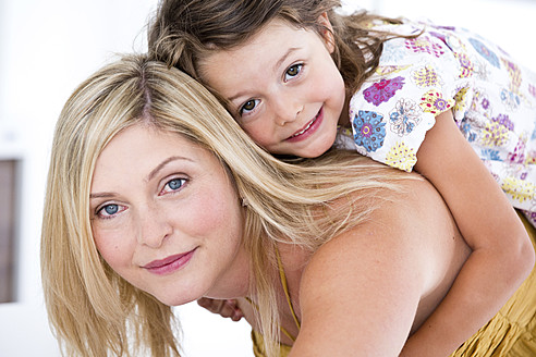 Germany, Mother and daughter smiling, close-up - RFF000018