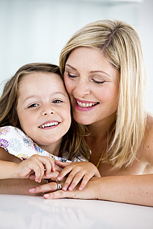 Germany, Mother and daughter smiling, close-up - RFF000033