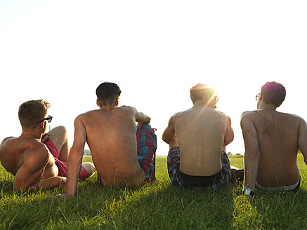 Germany, Duesseldorf, Young friends sitting on meadow - STKF000040