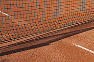 Germany, Munich, Net at tennis sand court - TCF002877