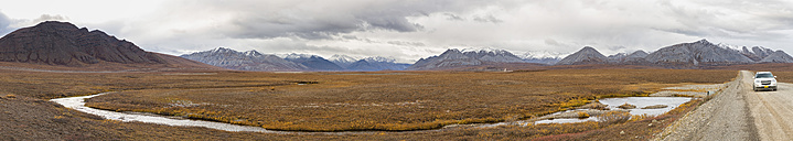 USA, Alaska, View of Trans Alaska Pipeline System along Dalton Highway with SUV in autumn - FOF004387