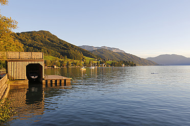 Austria, Upper Austria, Weyregg, View of Lake Attersee - SIEF002909